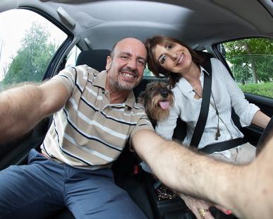 Coppia con cane in partenza vacanze